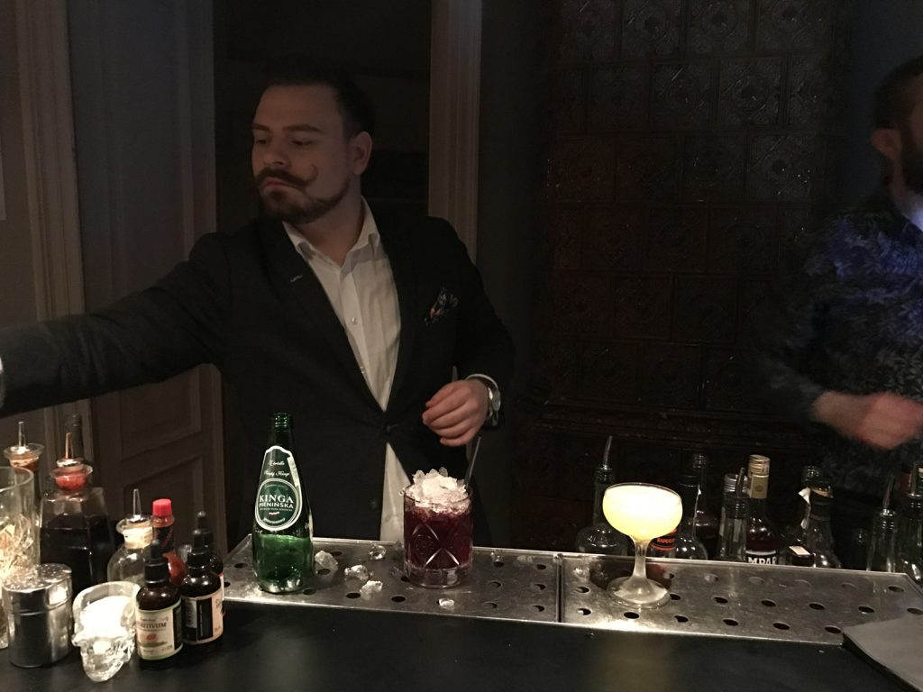 Cocktailbarer Six Coctails Warszawa