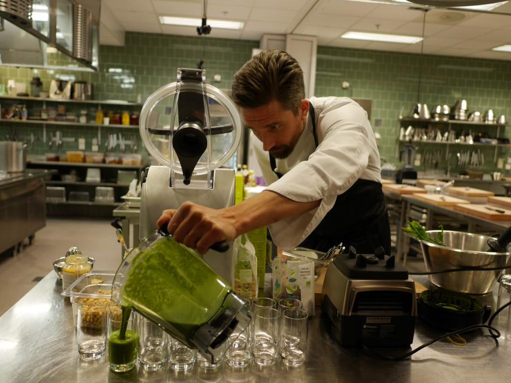 Maximillian Lundin serverar en grön smoothie