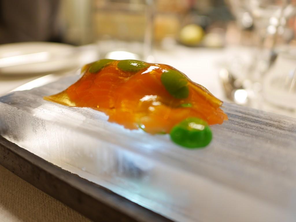 Fröyalax, soja & wasabi, serveras på is.