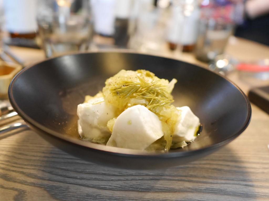 Buffelmozzarella från Ängsholmen med grön tomat & syltade granskott