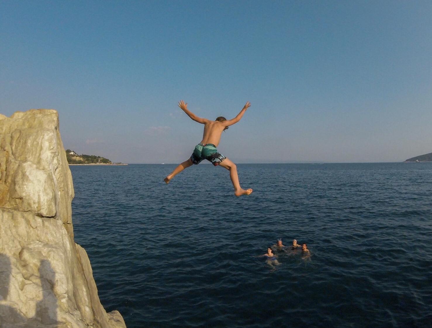 Hopp från klippa i Split