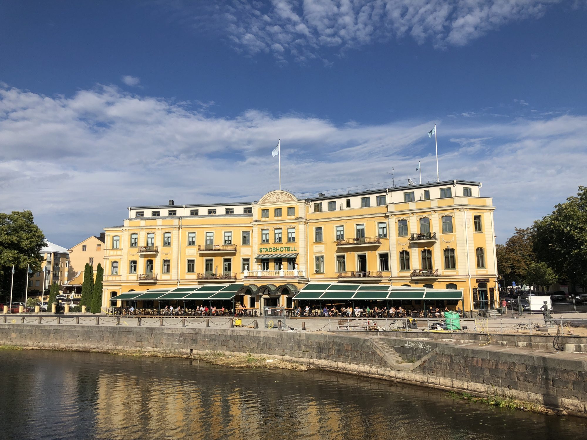 Uteserveringar vid vattnet med kvällssol i Karlstad
