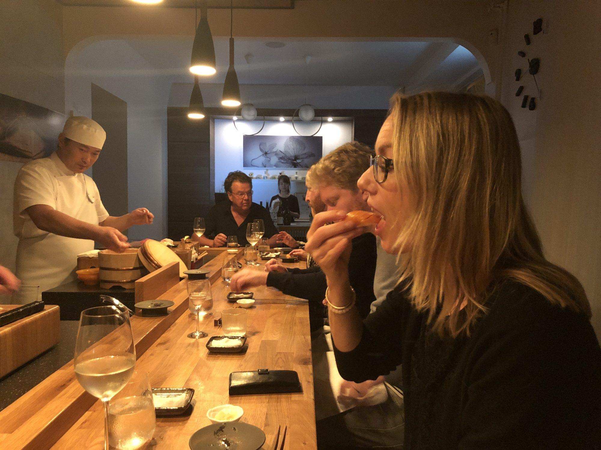 Äta sushi med händerna?