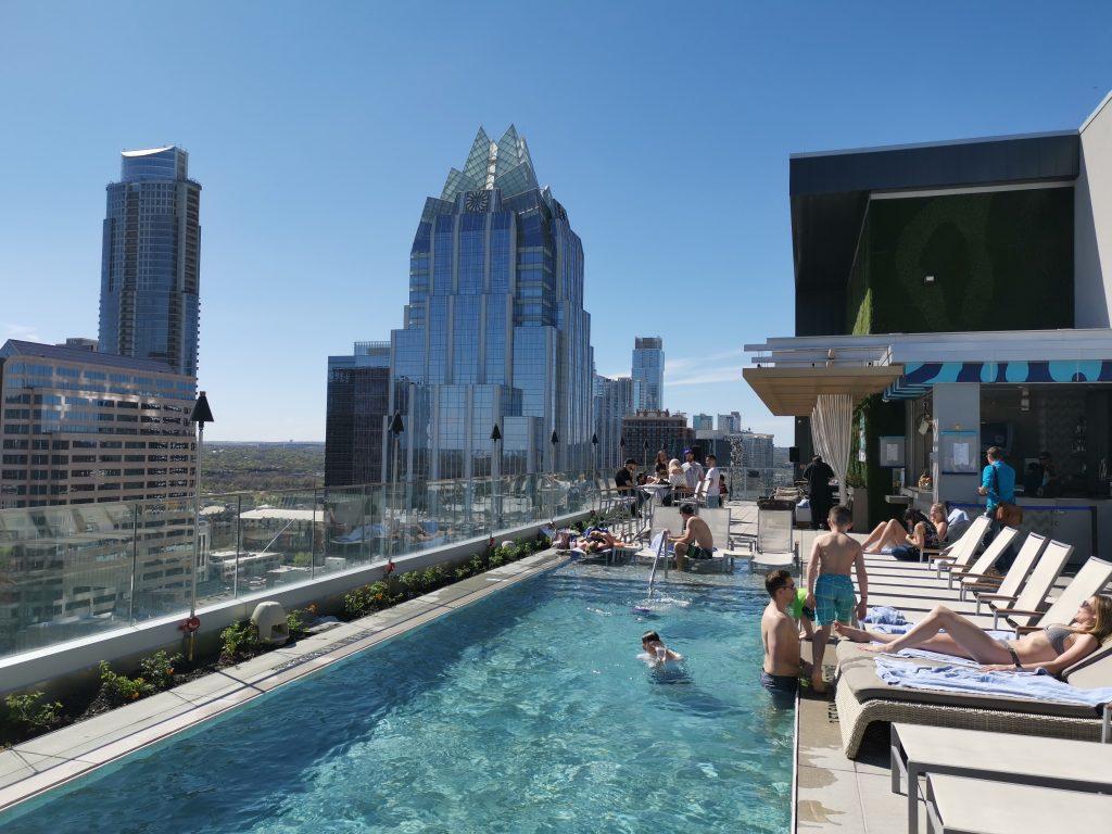 Austins bästa rooftop -Azul Rooftop pool bar