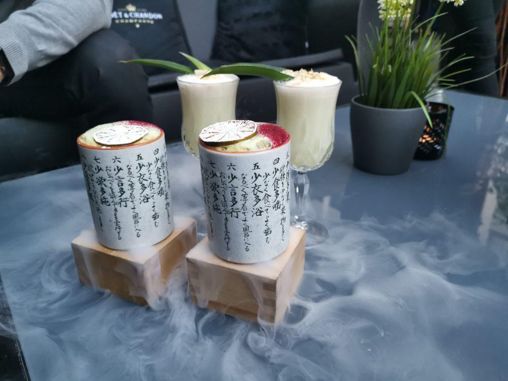 Drinkar på Kasais Innergård