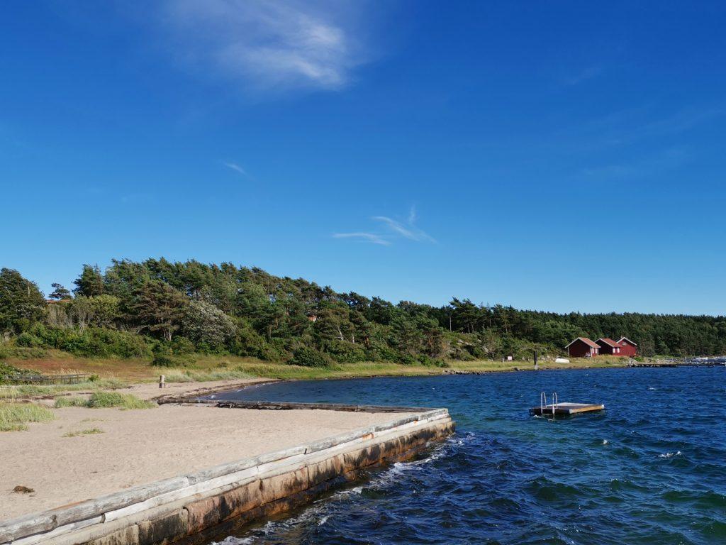 Bad och flotte på Tanums Strand