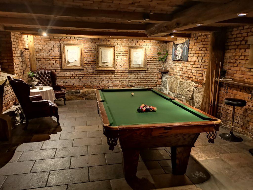 Spel och biljard i källaren