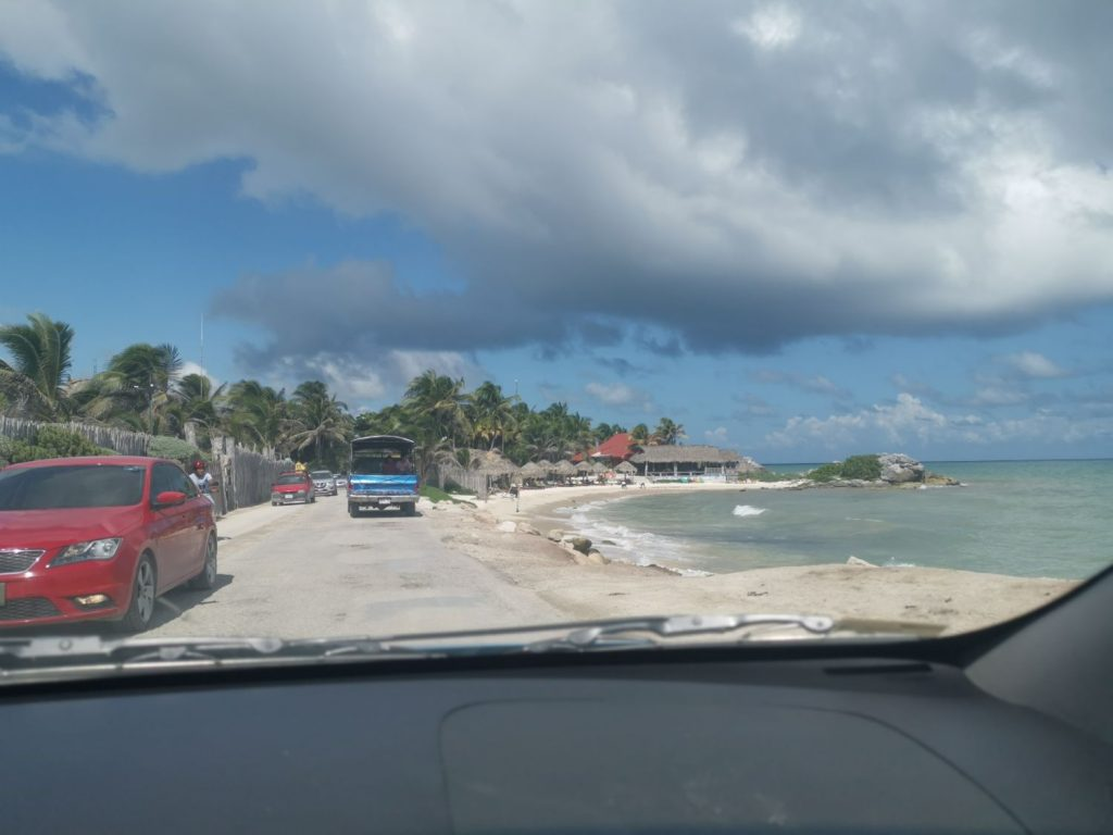 Köra bil längs Tulum Beach