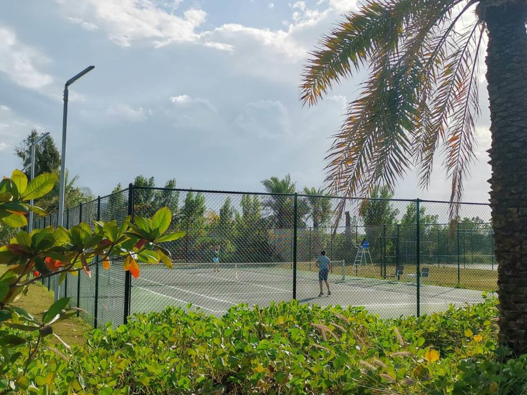 Tennisbana på Zaya Nurai Island