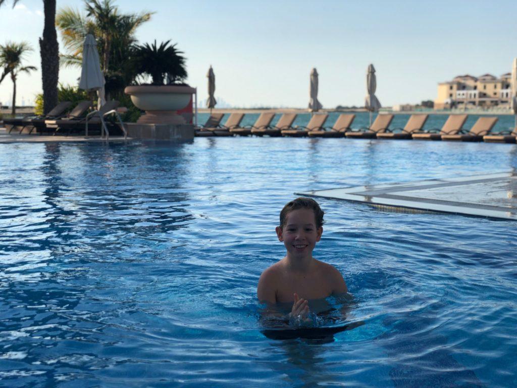 En till pool och strand