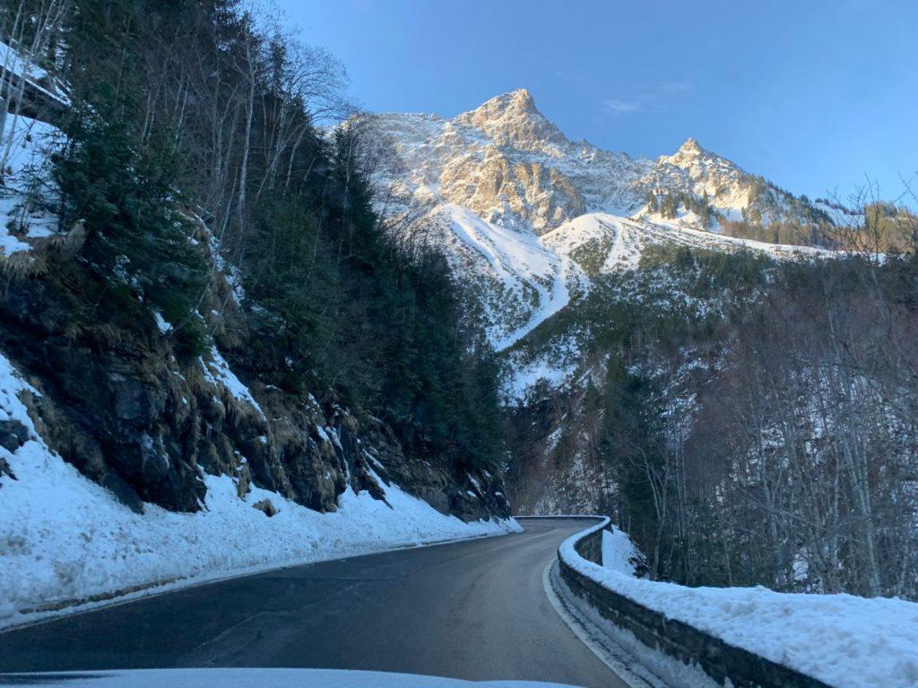 Vägarna uppe i bergen i Vorlarlberg