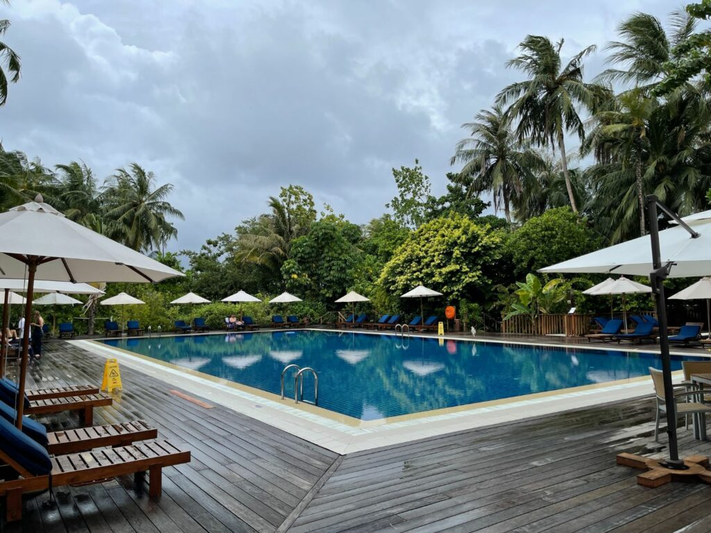 Vilamendhoo island resort & spa i Maldiverna Barnpool
