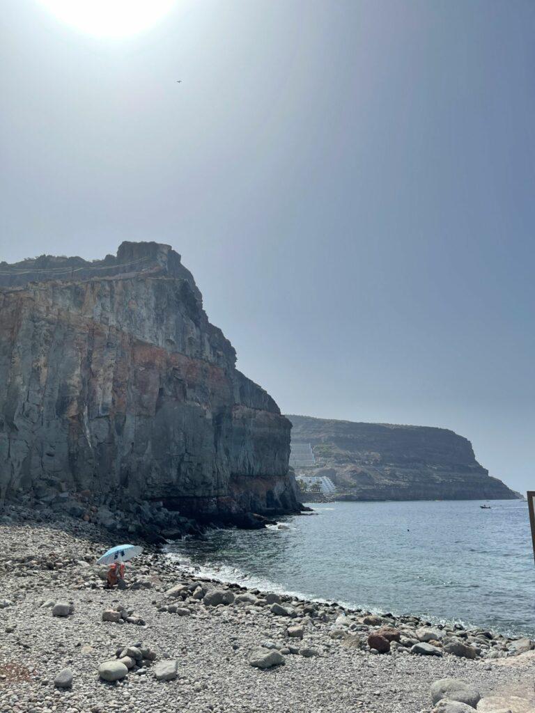 Stenstrand i Puerto de Mogan