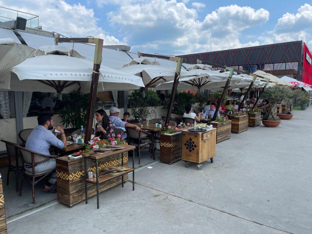 saker att göra i Varna - restaurang vid hamnem